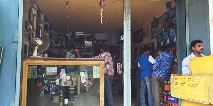 インドの一般的なリキュールショップ(酒屋)