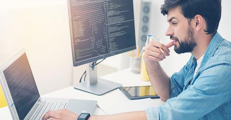 プログラマーとは?プログラマーになるには資格が必要?スクールで学ぶメリット