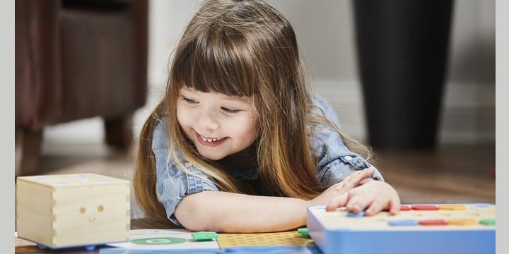 3歳からプログラミングの基礎を遊びながら学べる「Cubetto」