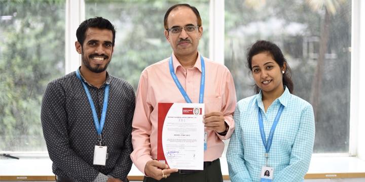 ISO 27001準拠の認定証とインド支店のメンバー